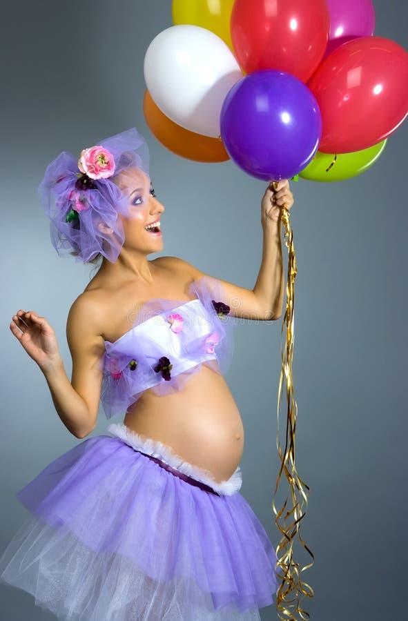 Femme enceinte avec des ballons photo libre de droits