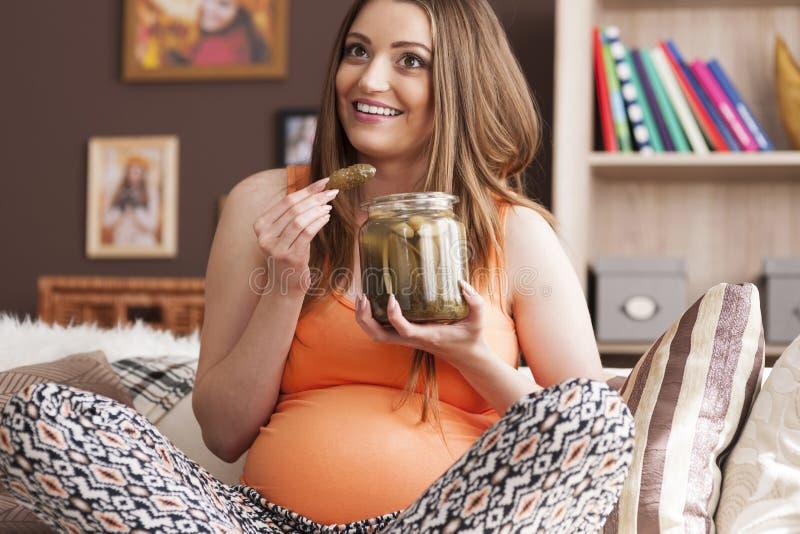 Femme enceinte avec des conserves au vinaigre image stock