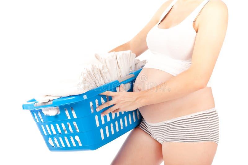 Femme enceinte avec des couches-culottes de chéri dans le panier photographie stock
