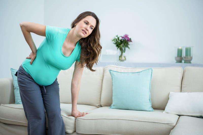 Femme enceinte avec douleur dorsale photographie stock libre de droits