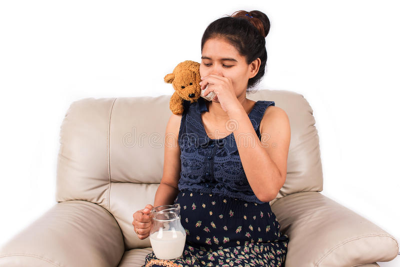 Femme enceinte avec du lait image libre de droits