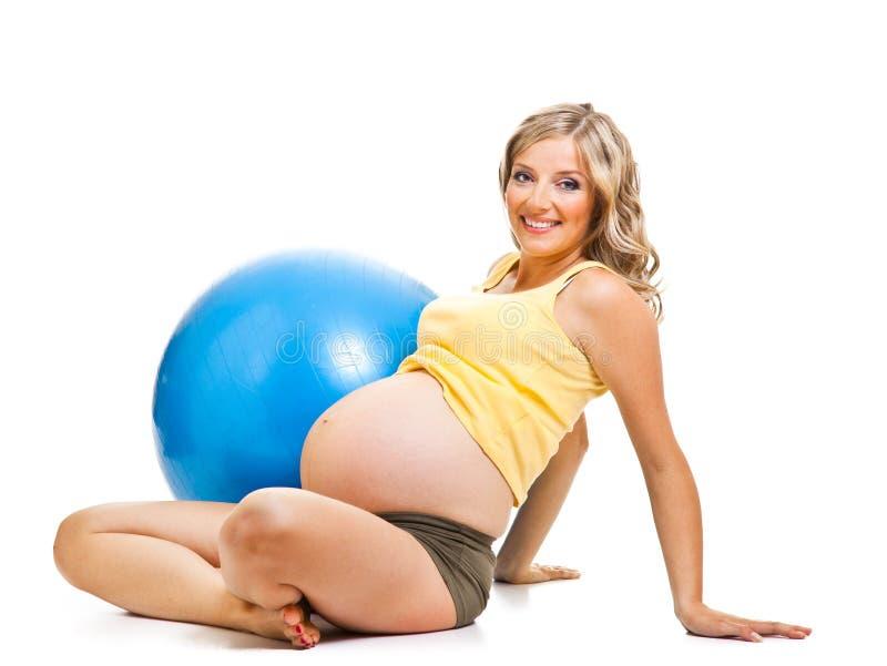 Femme enceinte avec la bille gymnastique photo stock