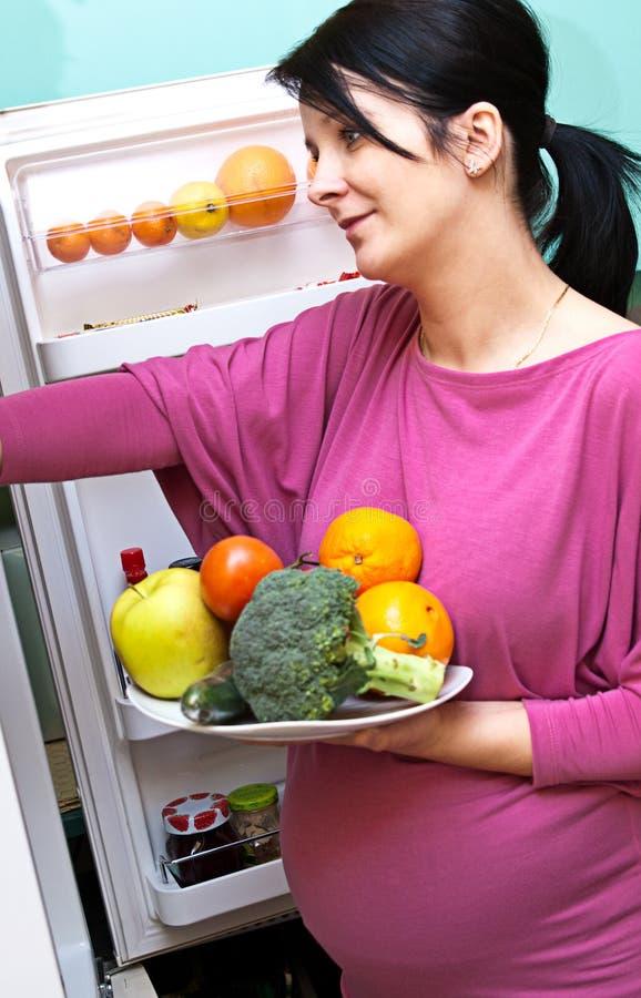 Femme enceinte avec la nourriture images stock