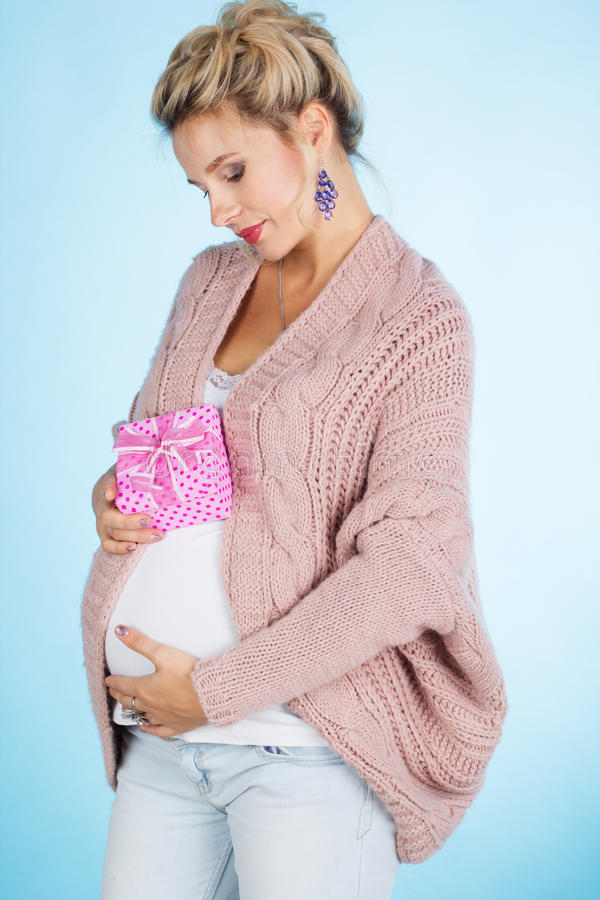 Femme enceinte avec le boîte-cadeau rose images libres de droits