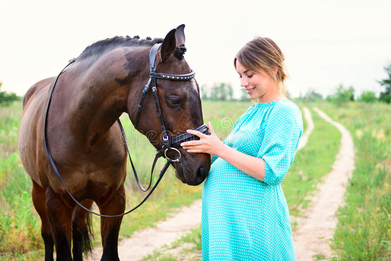 Femme enceinte avec le cheval images stock