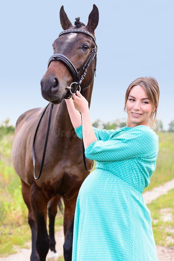 Femme enceinte avec le cheval image libre de droits
