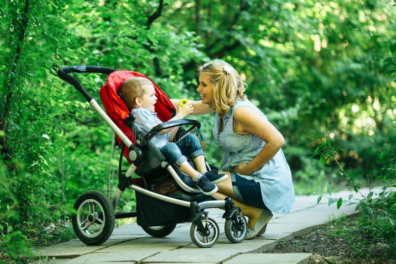 Femme enceinte avec son enfant dans le landau photos libres de droits