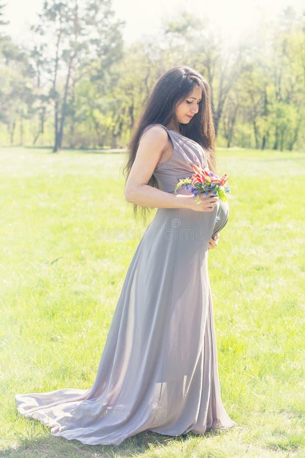 Femme enceinte avec un bouquet des tulipes photo libre de droits