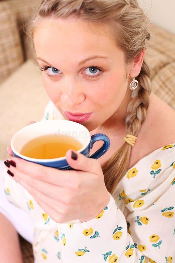 Femme enceinte avec une cuvette de thé photos libres de droits