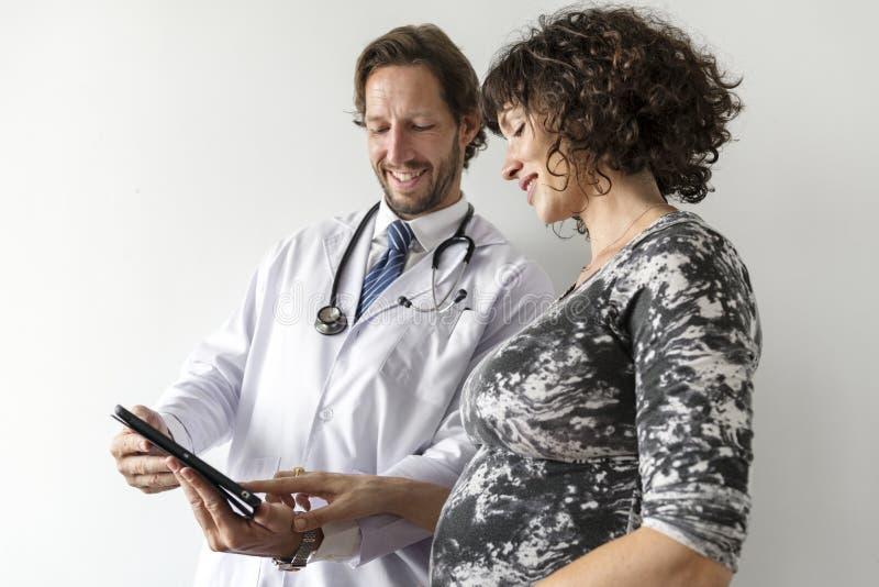 Femme enceinte ayant la surveillance foetale par le docteur image libre de droits
