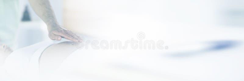 Femme enceinte décontractée obtenant le traitement de reiki photo libre de droits