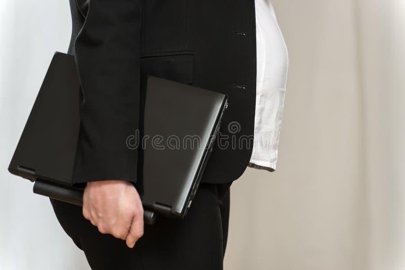 Femme enceinte d'affaires avec l'ordinateur portable photos libres de droits