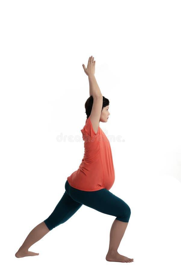 Femme enceinte d'Asiatique faisant le yoga photographie stock libre de droits