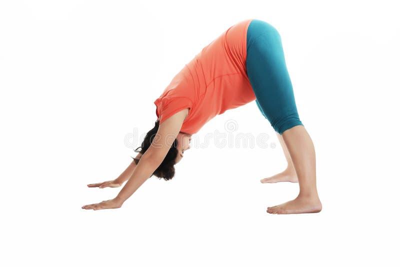 Femme enceinte d'Asiatique faisant le yoga images stock