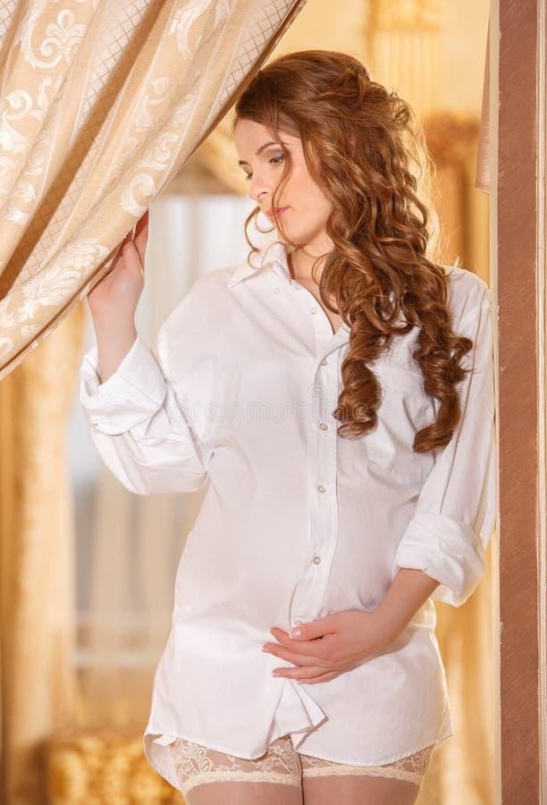 Femme enceinte dans la chemise blanche photo libre de droits