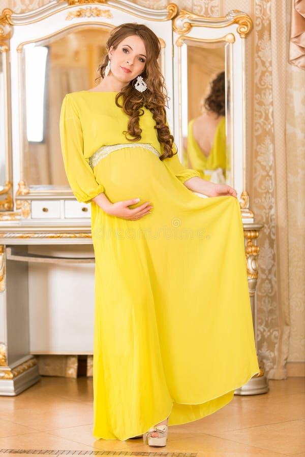 Femme enceinte dans la chemise blanche images libres de droits