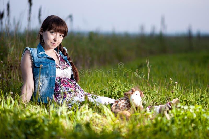 Femme enceinte dans le domaine image stock