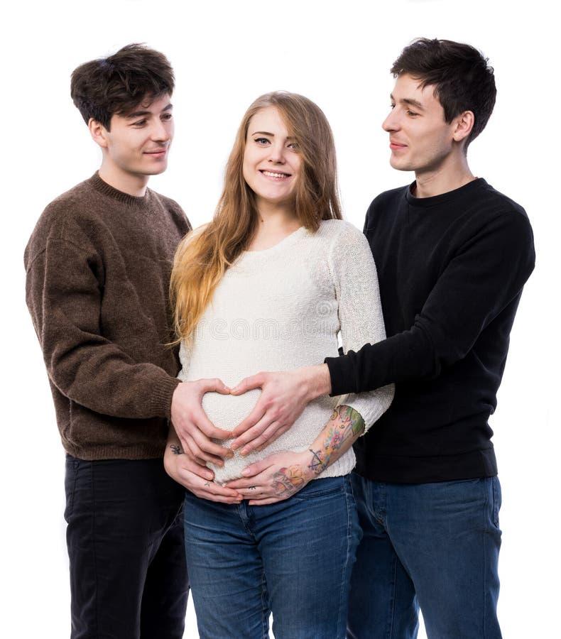 Femme enceinte de jeunes posant avec le jeune homme deux image libre de droits