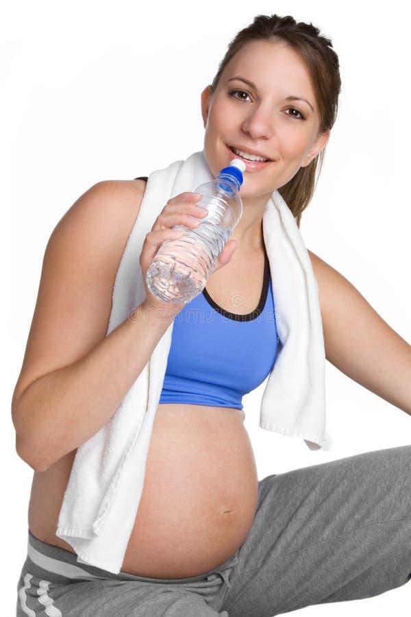 Femme enceinte de l'eau image stock