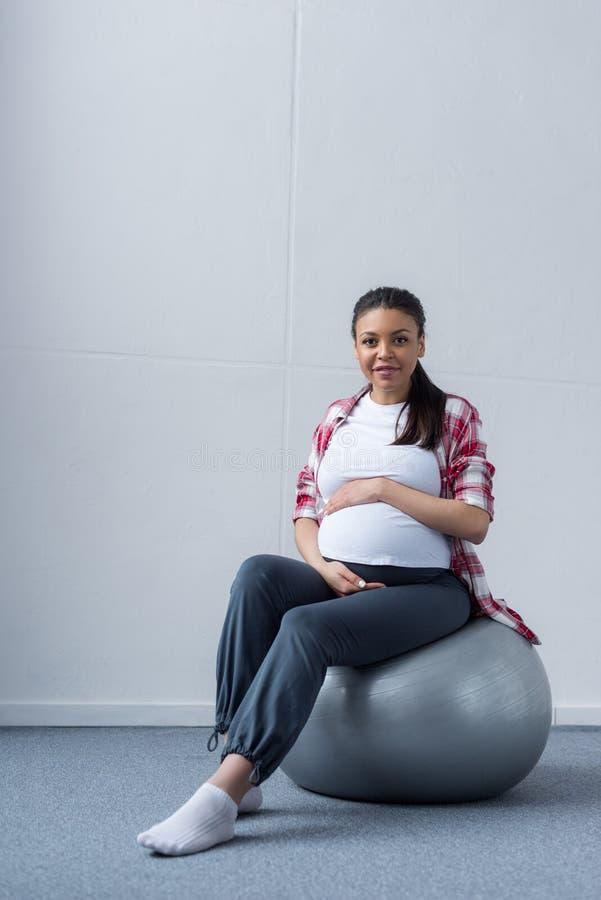 femme enceinte de sourire d'afro-américain photo libre de droits