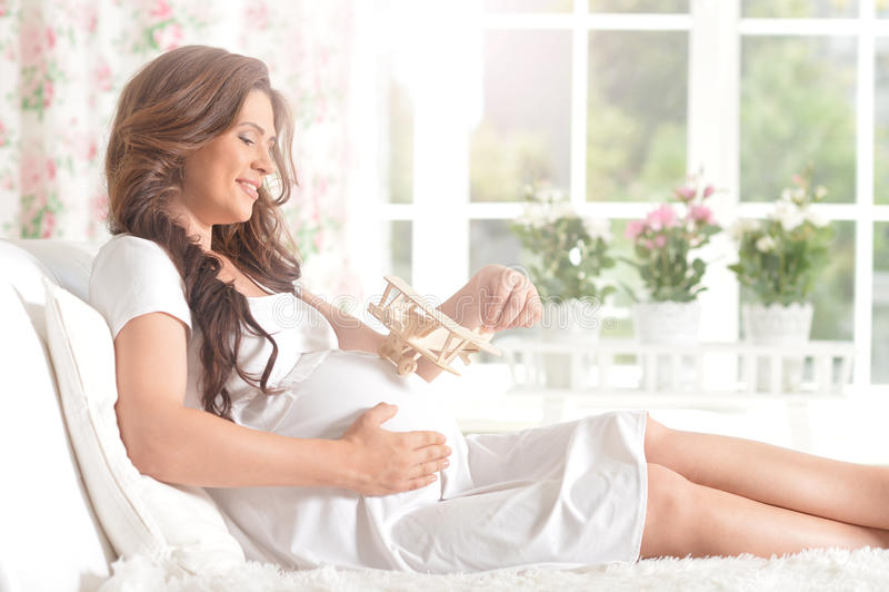 Femme enceinte de sourire heureuse photographie stock