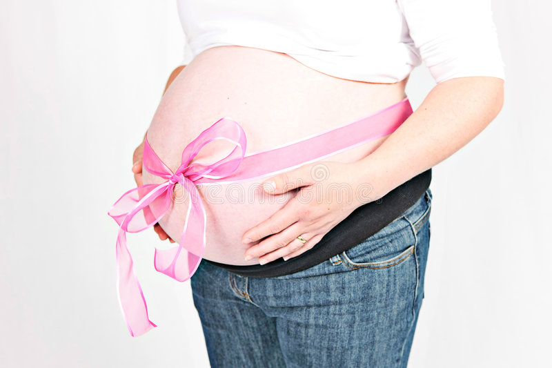Femme enceinte et bande rose photo stock