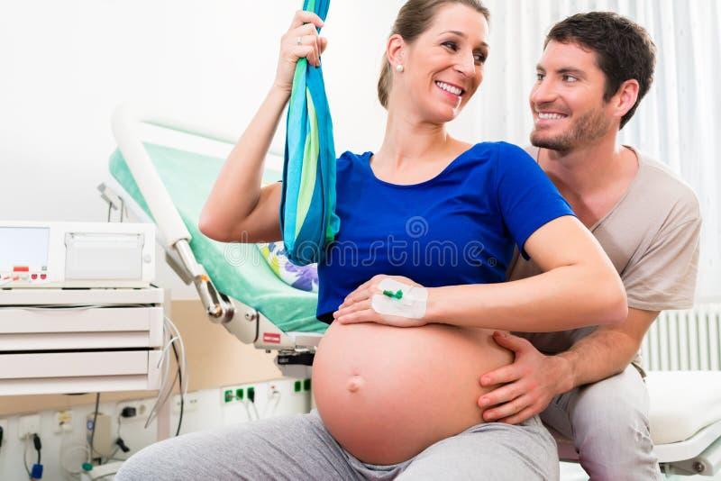 Femme enceinte et homme dans la salle d'accouchement de l'hôpital photos stock