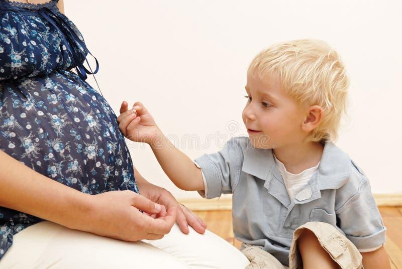 Femme enceinte et petit garçon photos libres de droits