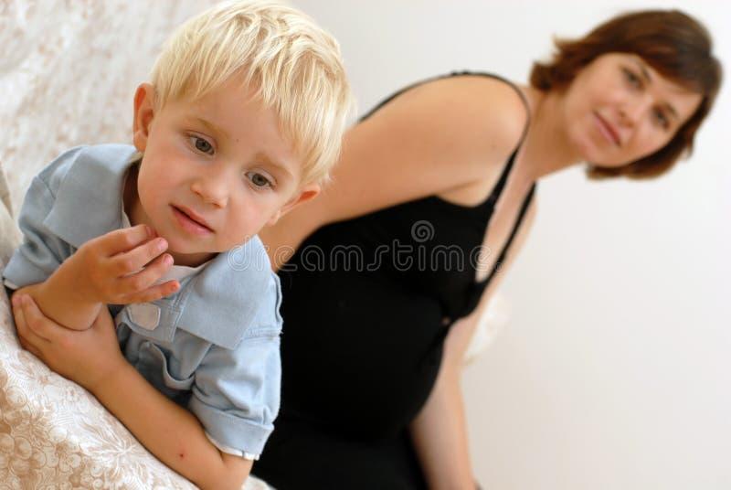 Femme enceinte et petit garçon images libres de droits