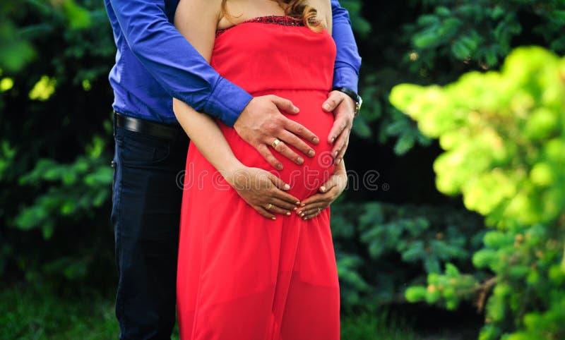 Femme enceinte et son mari images stock