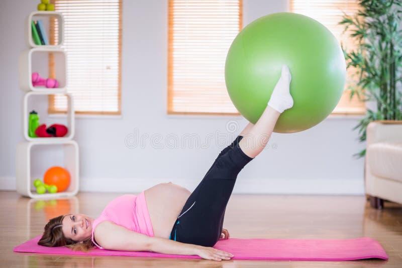 Download Femme Enceinte Faisant L'exercice Avec La Boule D'exercice Image stock - Image du attrayant, domestique: 56485561