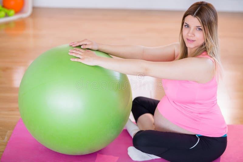 Download Femme Enceinte Faisant L'exercice Avec La Boule D'exercice Image stock - Image du intime, bille: 56485915