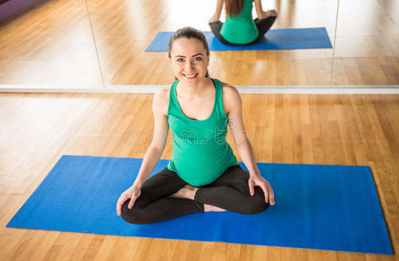 Femme enceinte Forme physique image libre de droits