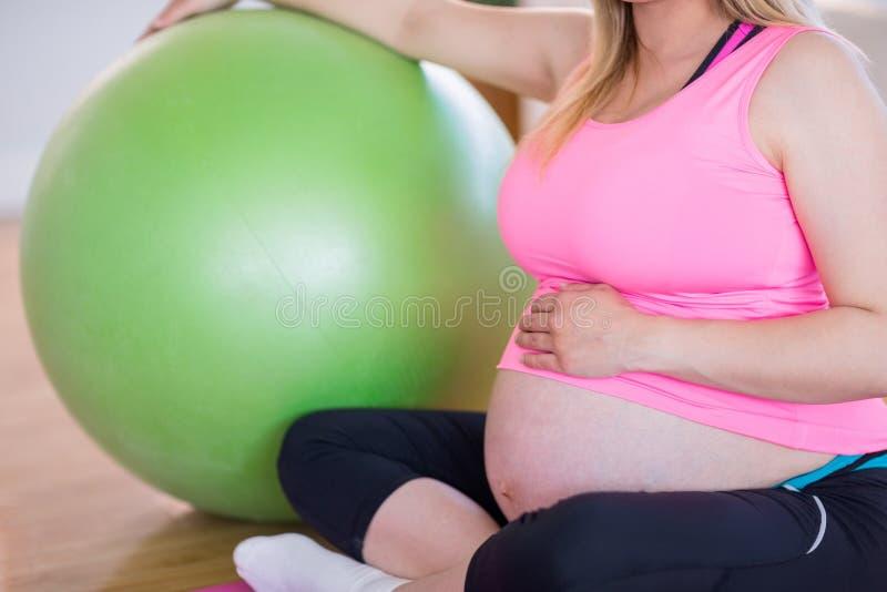 Download Femme Enceinte S'asseyant Avec La Bille D'exercice Photo stock - Image du occasionnel, bump: 56485540