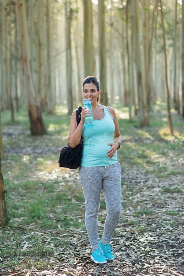 Femme enceinte sportive sur la séance d'entraînement extérieure de forme physique photos libres de droits