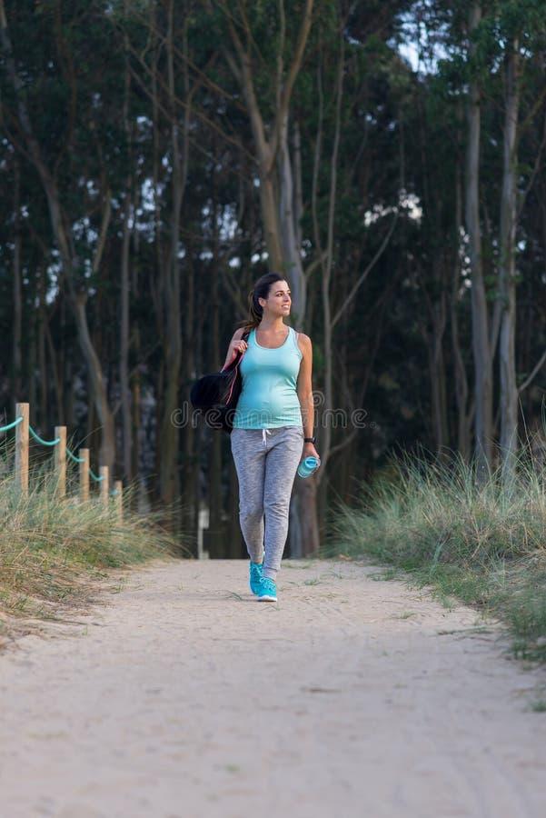 Femme enceinte sportive sur la séance d'entraînement extérieure de forme physique image stock
