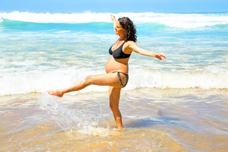 Femme enceinte sur la plage chez l'Océan Atlantique photographie stock