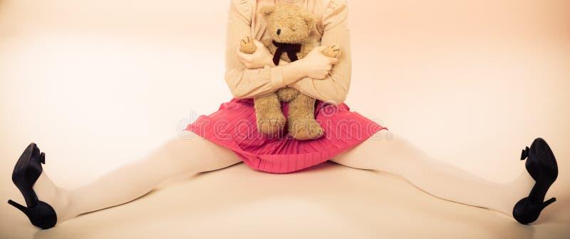 Femme enfantine avec le jouet d'ours de nounours photo stock