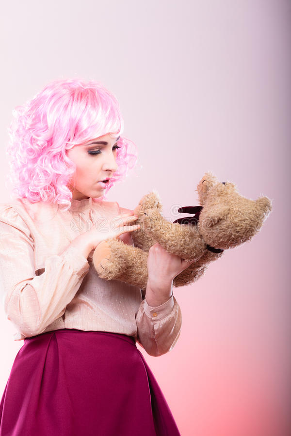 Femme enfantine avec le jouet d'ours de nounours photographie stock