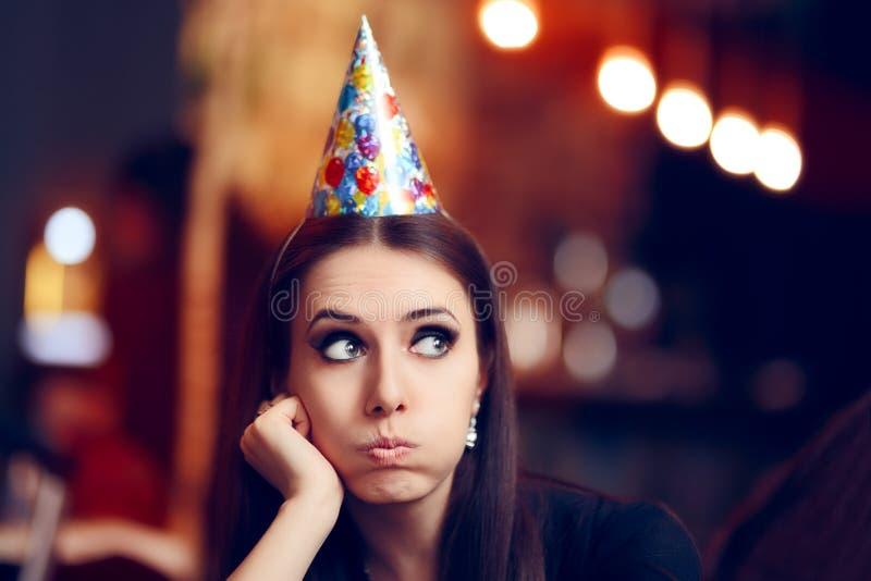 Femme ennuyée triste à une partie n'ayant aucun amusement photos libres de droits