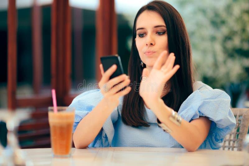 Femme ennuy?e frappant ? toute vol?e des profils d'hommes sur dater le site Web d'appli image libre de droits
