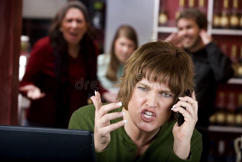 Femme ennuyant sur son téléphone portable photographie stock libre de droits