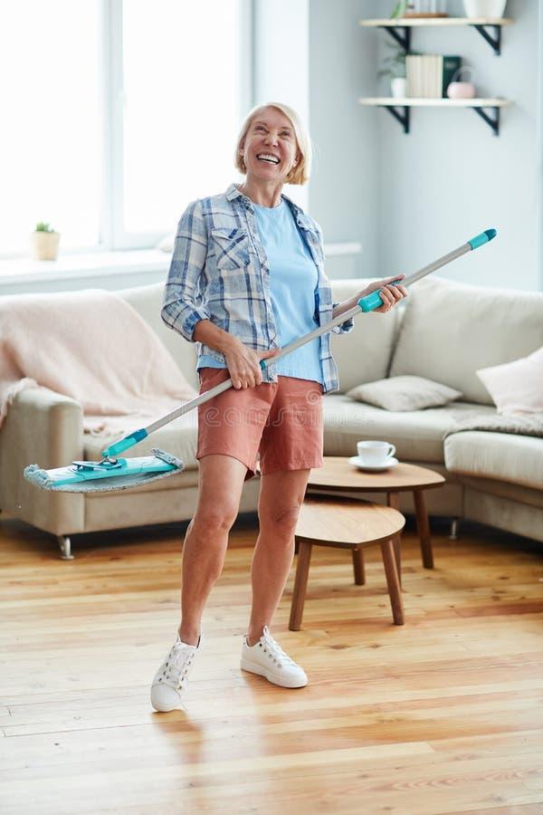 Femme enthousiaste appréciant le ménage photos stock