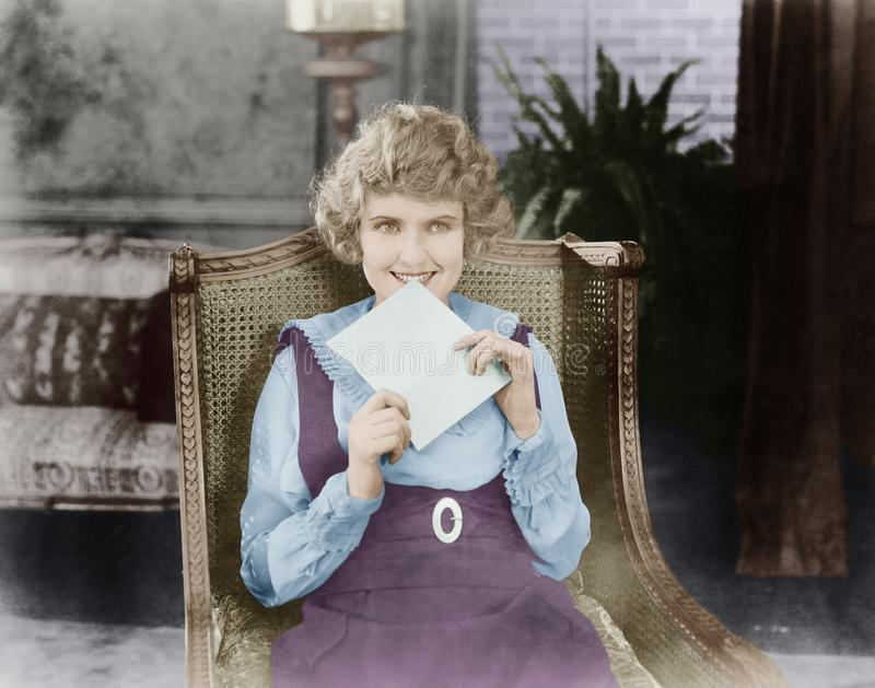 Femme enthousiaste avec la lettre (toutes les personnes représentées ne sont pas plus long vivantes et aucun domaine n'existe Gar photographie stock libre de droits