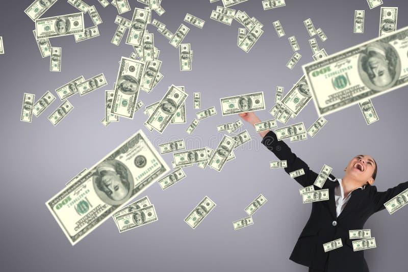 Femme enthousiaste d'affaires regardant la pluie d'argent sur le fond pourpre image stock