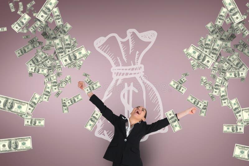 Femme enthousiaste d'affaires regardant la pluie d'argent sur le fond rose avec l'icône d'argent photos libres de droits