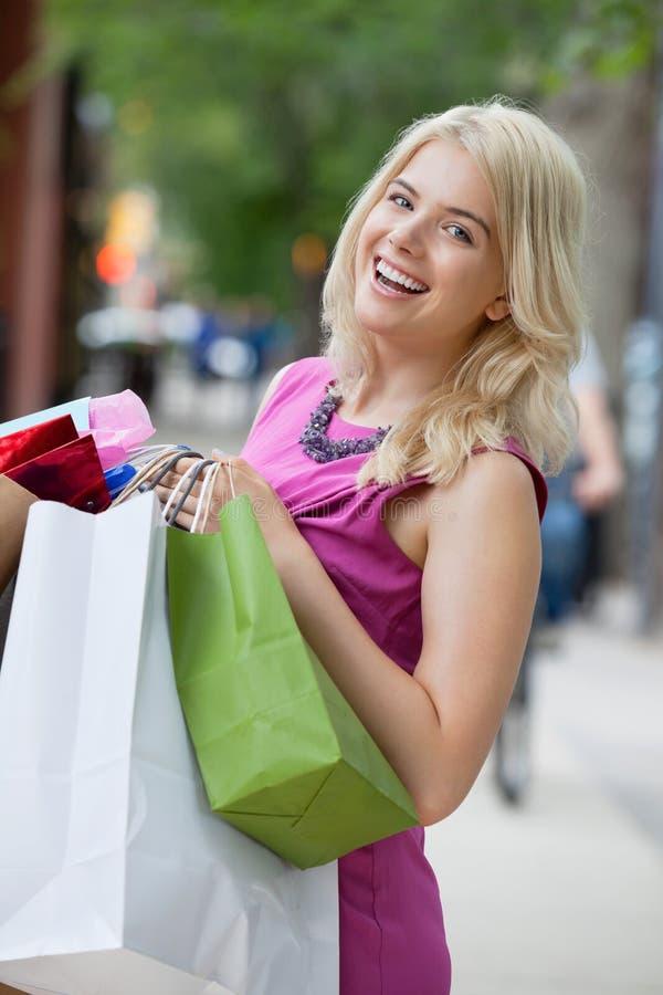 Femme enthousiaste de Shopaholic image stock