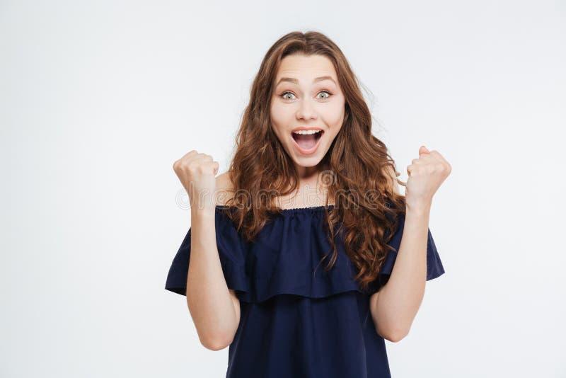 Femme enthousiaste de sourire avec les mains augmentées criant et célébrant le succès photographie stock libre de droits