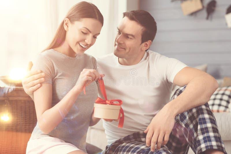 Femme enthousiaste heureuse ouvrant le présent image stock