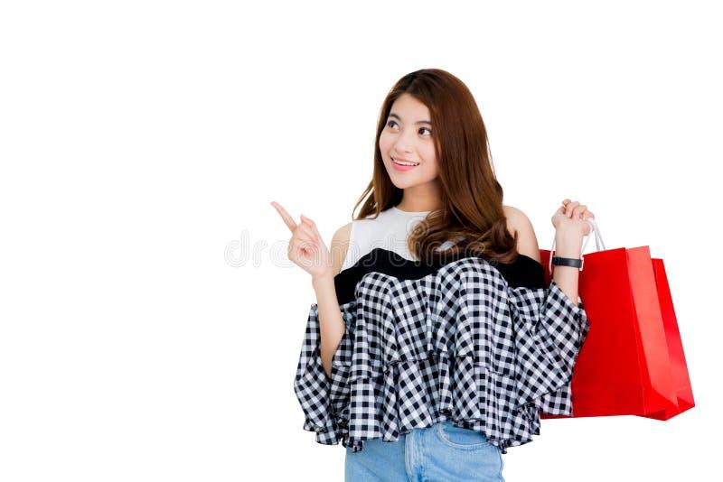 femme enthousiaste heureuse tenant et tenant les paniers colorés image libre de droits